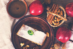 Strudel με τα μήλα και τα καρύδια Στοκ Εικόνα