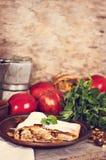 Strudel με τα μήλα και τα καρύδια Στοκ Εικόνες