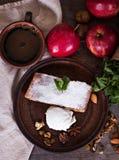 Strudel με τα μήλα και τα καρύδια Στοκ Φωτογραφία