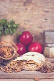 Strudel με τα μήλα και τα καρύδια Στοκ Φωτογραφίες