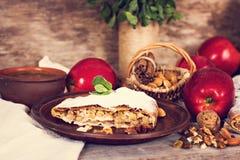 Strudel με τα μήλα και τα καρύδια Στοκ εικόνα με δικαίωμα ελεύθερης χρήσης