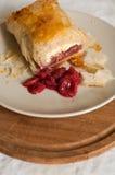 Strudel με τα φρούτα και το τυρί εξοχικών σπιτιών Στοκ Φωτογραφίες