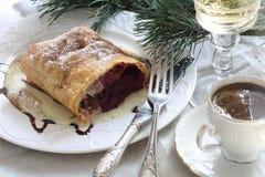 Strudel (πίτα) με είναι Apple-κεράσι που γεμίζει με τον καφέ και το γ Στοκ Φωτογραφίες
