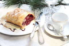 Strudel (πίτα) με είναι Apple-κεράσι που γεμίζει με τον καφέ και το γ Στοκ φωτογραφία με δικαίωμα ελεύθερης χρήσης