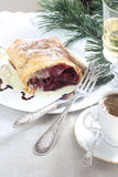 Strudel (πίτα) με είναι Apple-κεράσι που γεμίζει με τον καφέ και το γ Στοκ Εικόνα