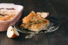 Strudel της Apple ή πίτα μήλων με τις ημερομηνίες και την κανέλα Στοκ φωτογραφίες με δικαίωμα ελεύθερης χρήσης