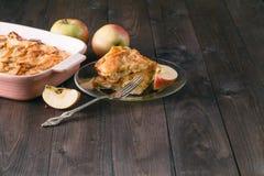 Strudel της Apple ή πίτα μήλων με τις ημερομηνίες και την κανέλα Στοκ Εικόνες