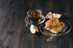 Strudel της Apple ή πίτα μήλων με τις ημερομηνίες και την κανέλα Στοκ φωτογραφία με δικαίωμα ελεύθερης χρήσης
