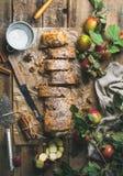 Strudel της Apple κέικ με την κανέλα, τα καρύδια και τη σκόνη ζάχαρης Στοκ φωτογραφίες με δικαίωμα ελεύθερης χρήσης
