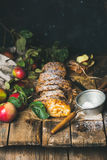Strudel της Apple κέικ με την κανέλα, τη σκόνη ζάχαρης και τα φρέσκα μήλα Στοκ Εικόνα
