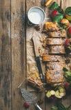 Strudel της Apple κέικ με τη σκόνη κανέλας και ζάχαρης, διάστημα αντιγράφων Στοκ Εικόνες