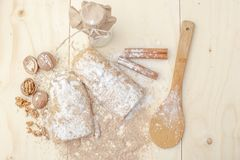 Strudel της Apple με τα καρύδια, τις σταφίδες, την κανέλα και την κονιοποιημένη ζάχαρη Στοκ εικόνες με δικαίωμα ελεύθερης χρήσης