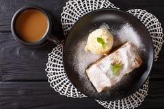 Strudel της Apple με το παγωτό βανίλιας σε ένα πιάτο και καφές με Στοκ εικόνες με δικαίωμα ελεύθερης χρήσης