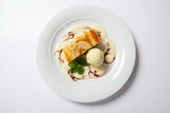 Strudel της Apple με το παγωτό βανίλιας Στοκ Φωτογραφία