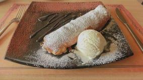 Strudel της Apple με το παγωτό και τη σοκολάτα Στοκ Εικόνες