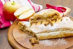 Strudel της Apple με το φρέσκες μήλο και την κανέλα Στοκ φωτογραφίες με δικαίωμα ελεύθερης χρήσης