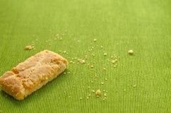 Strudel της Apple τριζάτες πίτες στο πράσινο υπόβαθρο τραπεζομάντιλων Στοκ Φωτογραφίες