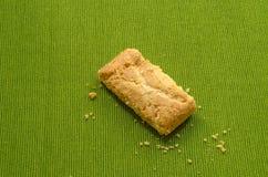 Strudel της Apple τριζάτες πίτες στο πράσινο υπόβαθρο τραπεζομάντιλων Στοκ εικόνα με δικαίωμα ελεύθερης χρήσης
