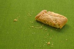 Strudel της Apple τριζάτες πίτες στο πράσινο υπόβαθρο τραπεζομάντιλων Στοκ Εικόνες