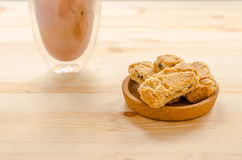 Strudel της Apple τριζάτοι πίτες και καφές πάγου στο ξύλινο υπόβαθρο Στοκ Φωτογραφία