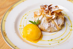 Strudel alle mele con il gelato del lampone e un ramoscello della menta, resto Fotografia Stock