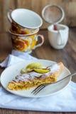 Strudel alle mele su un piatto bianco, tazza, fondo scuro Fotografia Stock Libera da Diritti