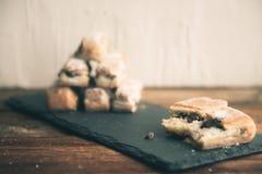 Strudel Apple και σκόνη ζάχαρης Μπισκότο από την ξεφγμένη δοκιμή στο γκρίζο υπόβαθρο Επιδόρπιο με τους καρπούς Διάστημα αντιγράφω Στοκ εικόνες με δικαίωμα ελεύθερης χρήσης