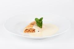 Strudel aux pommes avec de la crème de vanille Photo stock