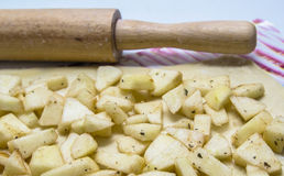 Strudel aux pommes de cuisson à la maison Photographie stock