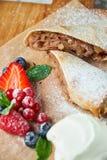 Strudel aux pommes Fond texturis? gris Beaux plats de portion Dessert Cha?ne alimentaire image stock