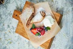 Strudel aux pommes Fond texturis? gris Beaux plats de portion Dessert Cha?ne alimentaire photographie stock