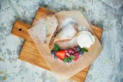 Strudel aux pommes Fond texturis? gris Beaux plats de portion Dessert Cha?ne alimentaire images libres de droits