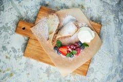 Strudel aux pommes Fond texturis? gris Beaux plats de portion Dessert Cha?ne alimentaire photos stock