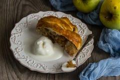 Strudel aux pommes fraîchement cuit au four avec la crème glacée  Photos stock
