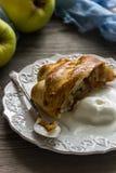 Strudel aux pommes fraîchement cuit au four avec la crème glacée  Photos libres de droits