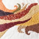 Strudel bewegt mit Hülsenfrüchte und Getreide wellenartig lizenzfreie stockbilder