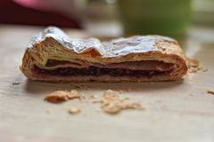 Strudel casalingo della ciliegia alla tavola di legno leggera fotografie stock libere da diritti