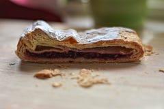 Strudel caseiro da cereja doce na tabela de madeira clara Fotos de Stock Royalty Free