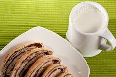 Strudel con latte Fotografie Stock Libere da Diritti