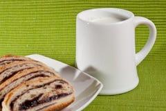 Strudel con latte Immagini Stock Libere da Diritti