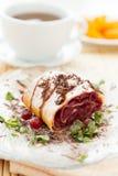 Strudel da cereja com chocolate e um copo do chá Fotografia de Stock Royalty Free