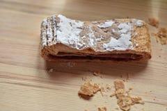 Strudel da cereja doce da massa folhada; parte na tabela de madeira clara Fotografia de Stock Royalty Free