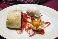 Strudel de cerise d'un plat avec le sirop rouge Photos libres de droits