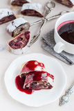 Strudel de cerise et de noix sur une table blanche Foyer sélectif Photographie stock libre de droits