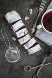 Strudel de cerise et de noix sur une table en bois foncée Foc sélectif Images stock