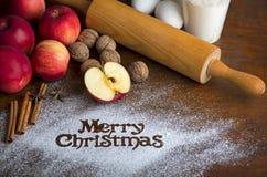 Strudel de maçãs deliciosas caseiro com os ingredientes para cozer na tabela de madeira com espaço da cópia fotografia de stock