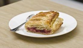 Strudel fraîchement cuit au four de pomme et de baie Photographie stock libre de droits