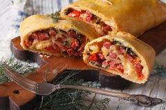 Strudel met ham, kaas en groentenclose-up horizontaal Royalty-vrije Stock Foto