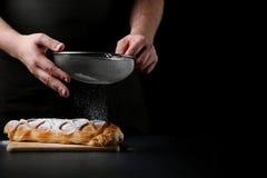 strudel op donkere achtergrond bakker het koken concept royalty-vrije stock afbeelding