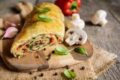 Strudel saboroso com cogumelos, pimenta vermelha, cebola, alho e salsa Foto de Stock Royalty Free